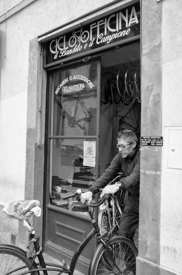 Biciclettaio nel quartiere le cure a Firenze