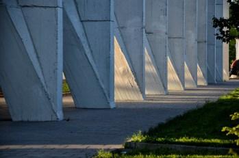Pilastri triangolari in cemento armato a Mosca