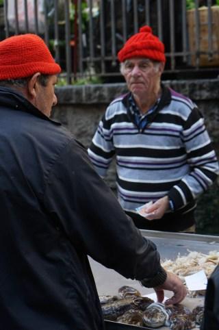 Pescatori con cappello rosso