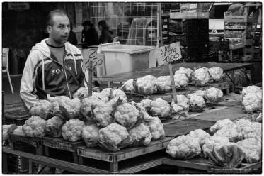 Mercato di Catania - venditore di cavolfiore
