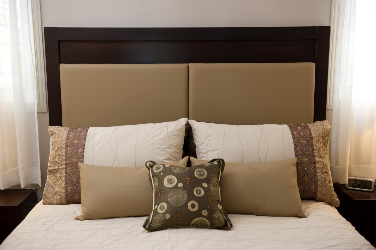 tete de lit en cuir et bois