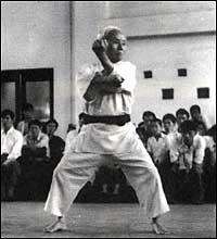 https://i1.wp.com/www.los3dragones.com/imagenes/funakoshi/funakoshi_kata.jpg