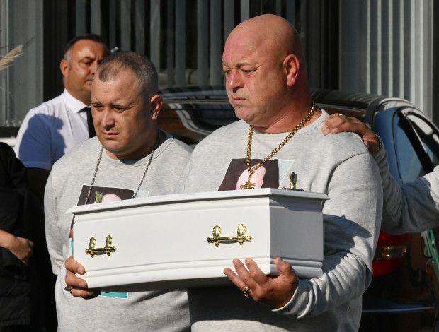 Una mujer asesinó a su bebé y el padre de la criatura cargó en brazos el  ataúd hasta el cementerio   Mundo