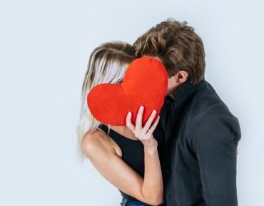 Joy regala preservativi per San Valentino