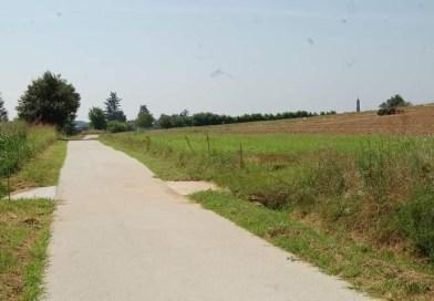 Cambiano, a spasso sulla nuova pista ciclopedonale