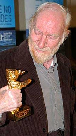 Fernando Fernán Gómez con el Oso de Oro honorífico
