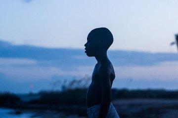 'Moonlight' A medio camino entre lo poético y lo trascendental, Barry Jenkins encuentra una nueva mirada a la historia de una adolescente negro que se descubre homosexual. La crítica se ha volcado con ella