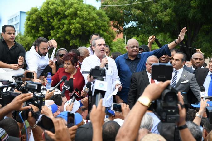 Abinader concentra cientos de personas frente al Congreso