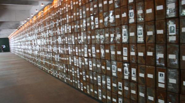 Christian Boltanski - Les Registres du Grand-Hornu - 472x4015x190cm Blikken dozen, foto's en etiketten
