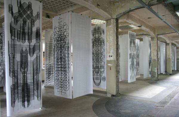 Carlos Amorales - Coal Drawing Machine - Installatie met plotter, papier en houtskool