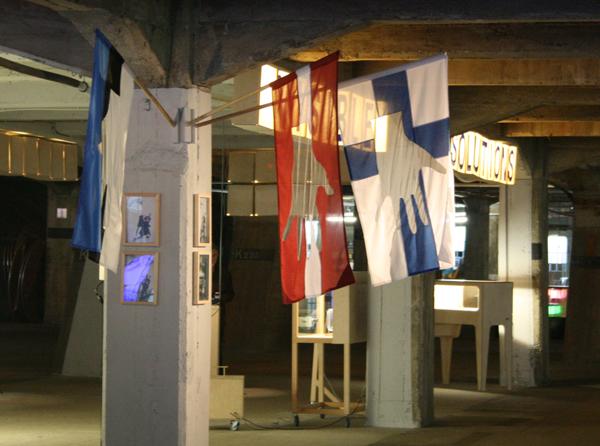Visible Solutions LLC - Hoisting the Banner - Vlaggen