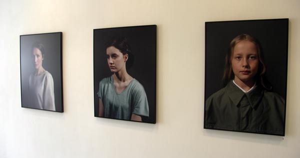 Mirjana Vrbaski - Mirjana Vrbaski (2 maal) en Girl - 75x100cm Lambda-print