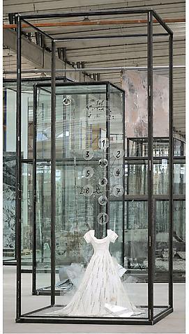 Die Schechina - 455x210x210cm Beschilderde jurk, glas scherven en glazen discs in een vitrine van glas en staal