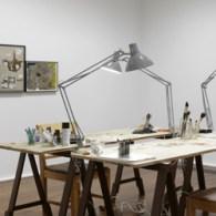 Dieter Roth is in de jaren bekend geworden door werken te maken die wegschimmelen. Zoals schilderijen met yoghurt, of beeldjes van stront met wat stro gevormd tot een konijn. Zeer […]