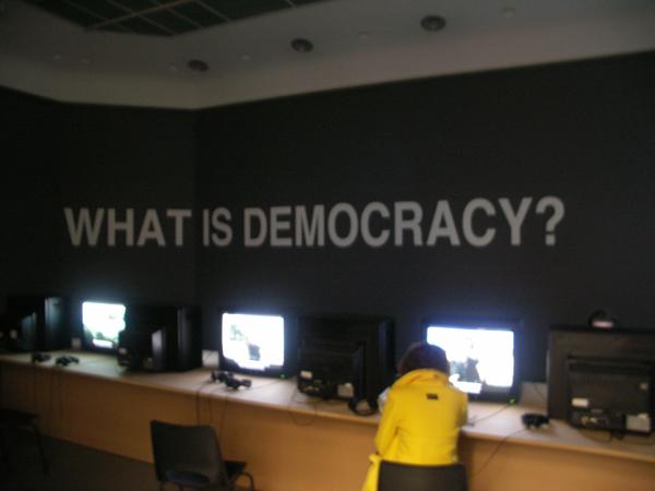 Oliver Ressler - What is Democracy - Installatie