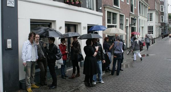RonMandos gallery bezoekers lekker buiten