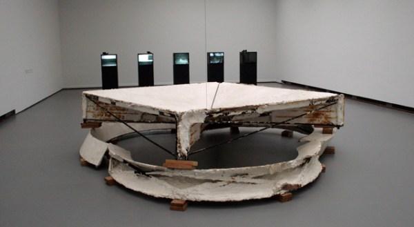 Bruce Nauman - Studio Peace - Gips, hout, staal en draad
