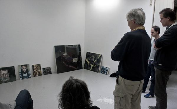 Werk van Ewoud Bakker wordt besproken door (vlnr); mijn eigen knie, Ellen Rodenberg, Kees Koomen, Ewoud Bakker, Erik-Jan Ligtvoet