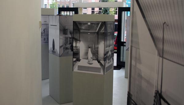 Alexandra Leykauf - Vitrine 2 (Vaas) - 60x60x175cm Hout en zwart-wit prints