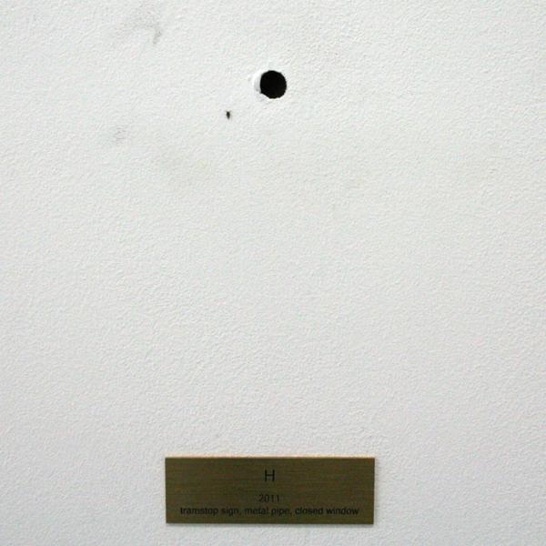 Rumiko Hagiwara - H - Tramstopbord, metalen pijp en een afgedekt raam
