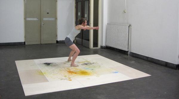 Elsbeth Ciesluk & Raphael Langmair - Untitled - Squaredance, performance, installatie, hout, tape, verf, flessen