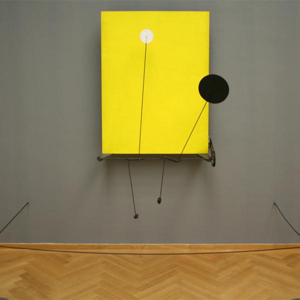 Alexander Calder - Geel Paneel - Hout en beschilderde schijven, metaal en motor