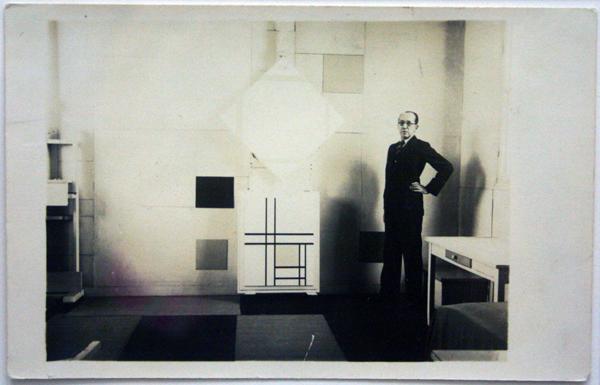 Charles Kartsen - Piet Mondriaan in zijn atelier met Ruitvorm Compositie met Gele Lijnen op een ezel