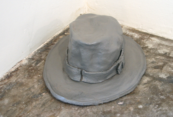 Joncquil - It is said that he made a hat out of elephant skin - 14x28x38cm Keramiek en lakverf
