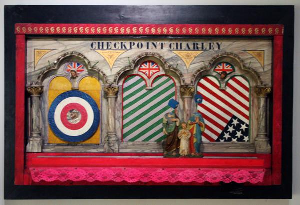 Woody van Amen - Checkpoint Charley - Hout, verf, lampjes en kunststof