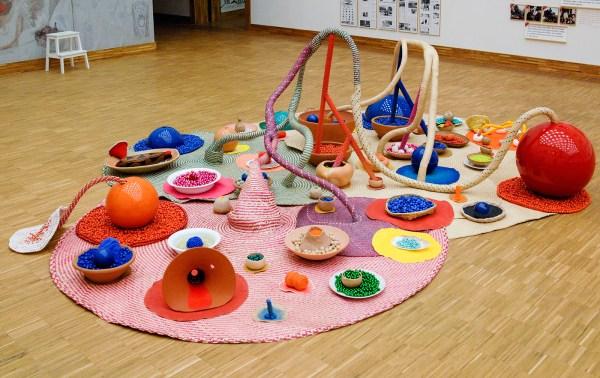 Maria Nepomuceno - Oferenda aos deuses das cores (Offering to the gods of colours) - 350x300x120cm Kermiek, riet, klei, porcelein, textiel, schelpen, acrylverf, fiberglass en hars