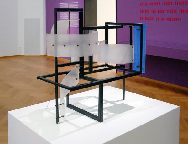 Constant Nieuwenhuijs - Construction Aux Plans Inclines (Constructie met gebogen vlakken) - Staal, messing en perspex, 1954.jpg