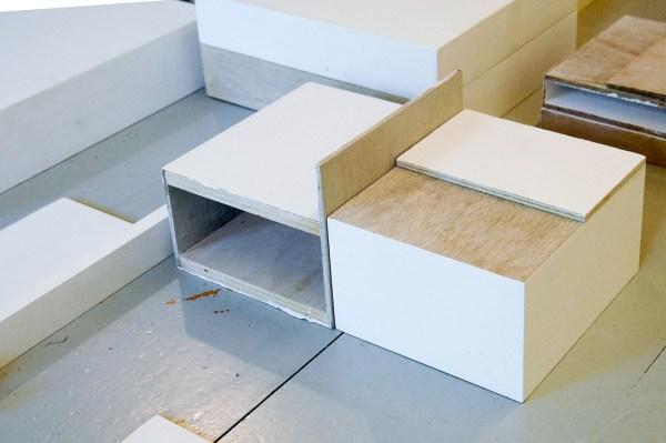 Willy de Sauter - Zonder Titel - Installatie van krijt en gesso op hout (detail)
