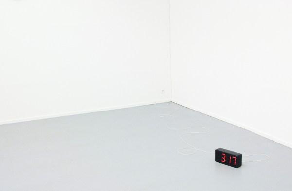 Germaine Kruip - A Room 4 Miniutes - 2 synchroon lopende digitale klokken, eentje telt op, de andere telt achteruit