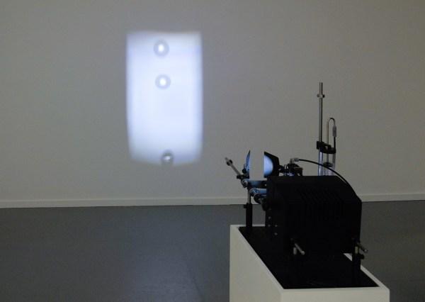 Germaine Kruip - Drop - 30x50x50cm LEDlamp, waterpomp, optische lens en witte sokkel