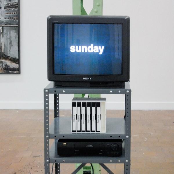 Mon - Sun - Jonathan Horowitz - 120minuten loop, Videosculptuur met één kanaal