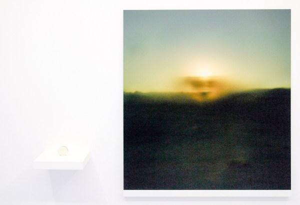 Oscar Santillan - Solaris (7PM) - 100x120cm, Inkjetprint & 6cm, Lens van woestijn zand