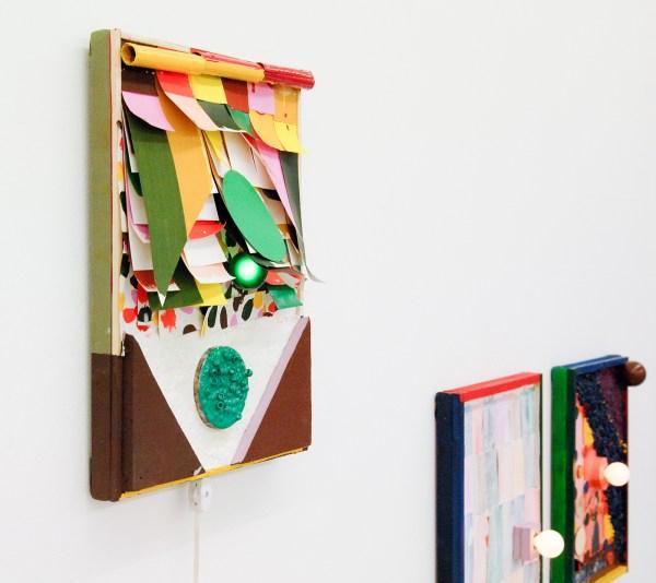 Austin Eddy - God Blass 2 - 40x30cm, Papier, hars, punaise, textiel, verftubes, hout, olieverf, acrylverf, enamel, schuim en licht