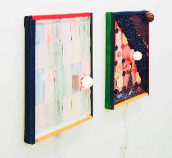 Austin Eddy - Red Light & Saying Goodbye - 40x30cm, Papier, hars, stenen, zand, hout, textiel, olieverf, acrylverf, enamel, schuim en licht