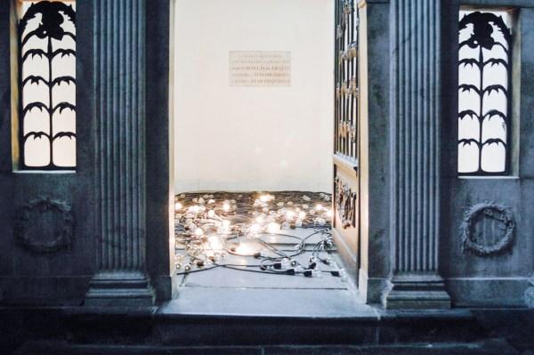Christian Boltanski - Crepuscule - 300 gloeilampen, draad en tijdslot