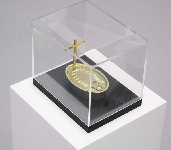 Pascal Bernier - Funeral Fish - 20x15x15cm Ingeblikte vis en metalen kruis