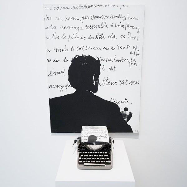 Marcel Broodthaers - Le Corbeau et le Renard - Fotografisch doek en schrijfmachine en kleine reproducties
