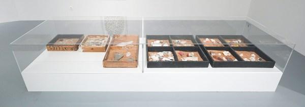 Marcel Broodthaers - Les Fouilles (Caisses de fouille restanienne) - 5 houten kisten, gips, puin, stenen, zaagsel, papier-mache en beschilderde botten