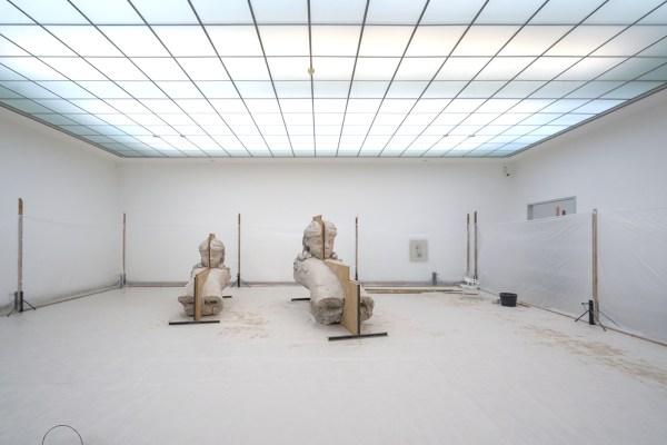 Mark Manders - Room with Unfired Clay Figures - Beschilderd brons, ijzer, hout en offsetdruk op papier