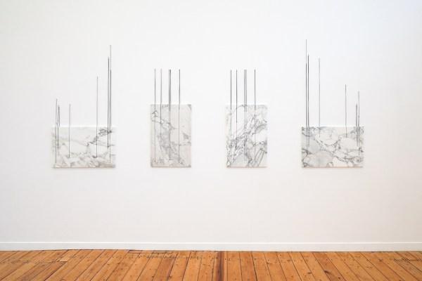Anneke Eussen - Shifting Perception - 175x320cm, Marmer, zwarte koorden