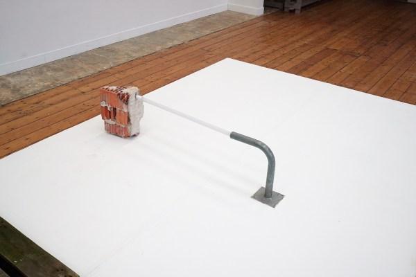 Bram Braam - In Balance - 110x30x20cm, Baksteen, neonbuis en metaal