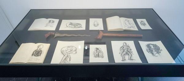 Juul Kraijer - Vitrine met diverse schetsen, prints en objecten