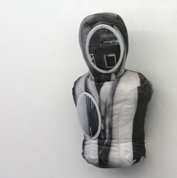 Aernout Mik - Dummy - Fotolinnen en porselein