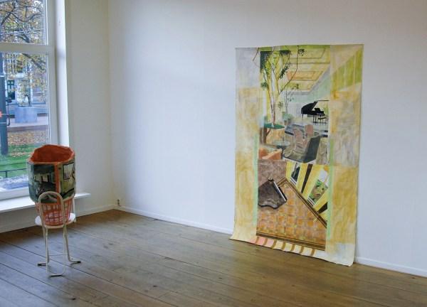 Alice Mendelowitz - Lean Bin - 67x41x43cm Mixed Media & Yelow Rooms - 215x142cm - Olieverf en acrylverf op katoen