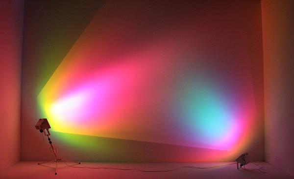 Ann Veronica Janssens - Purple Turquoise - Halogeenlampen en lichtfilters