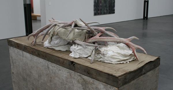 Berlinde de Bruyckere - Actaeon - Wax, epoxyhars, ijzer, hout, katoen en wol